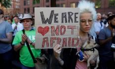 Mulher com cartaz dizendo que britânicos não vão se intimidar: vigília em Manchester Foto: PETER NICHOLLS / REUTERS