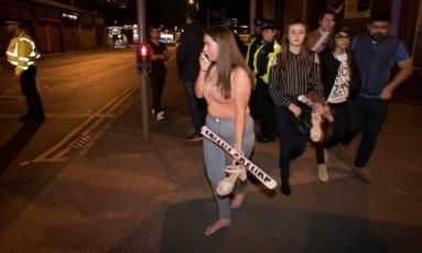 Uma mulher de 48 anos conseguiu resgatar cerca de 50 jovens após explosão em show da cantora Ariana Grande Foto: STRINGER / REUTERS