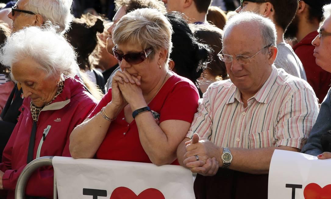 Várias pessoas se emocionaram durante a vigília em Albert Square, Manchester Foto: Kirsty Wigglesworth / AP
