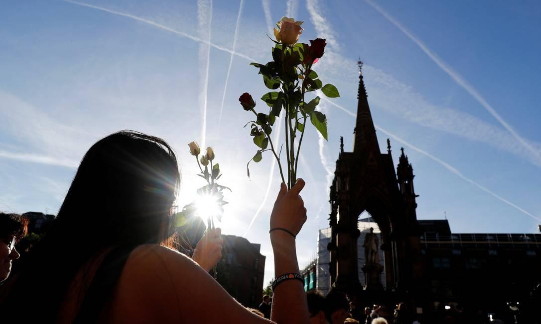 Pessoas fazem vigília para as vítimas do atentado DARREN STAPLES / REUTERS