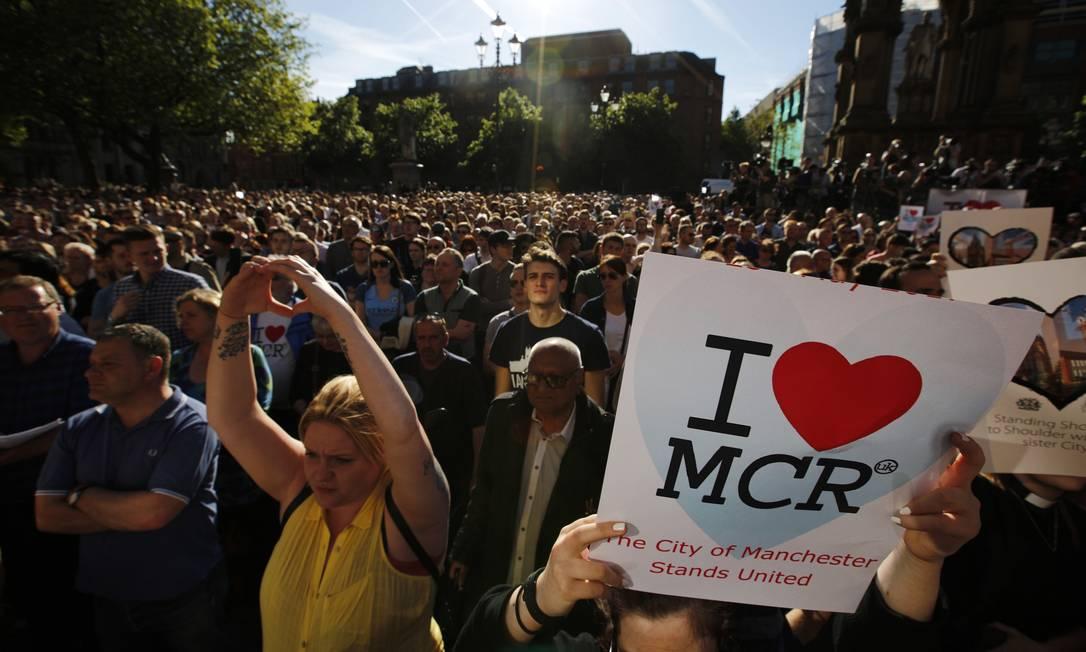 Uma multidão se reuniu para uma vigília em Albert Square, Manchester Foto: Emilio Morenatti / AP
