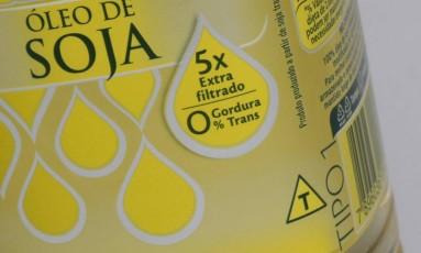 Óleo de cozinha informa na embalagem que é constituido de alimento transgênico Foto: Gustavo Pellizzon / Agência O Globo