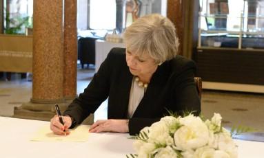 May escreve livro de condolências na prefeitura de Manchester Foto: POOL / REUTERS