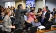 Presidente da CAE, senador Tasso Jereissati (PSDB-CE) suspende sessão após bate-boca