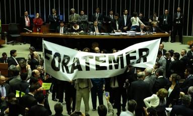 Deputados fazem protesto no plenário da Câmara, contra o presidente Temer e pelas Diretas Já Foto: Jorge William / Agência O Globo