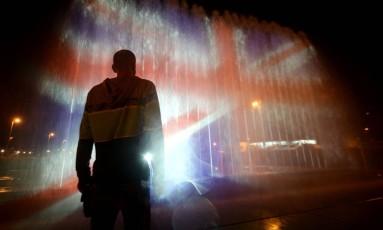 Homem é fotografado diante de projeção da bandeira do Reino Unido em Zagreb, capital da Croácia Foto: STRINGER / AFP