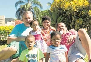 Casados há mais de 10 anos, Rogério e Weykman comemoram a adoção dos quatro filhos: Juliana, 14 anos, Anna Cláudia, 3 (em pé), Maria Vitória, 5 e Luís Fernando, 4 Foto: Acervo pessoal