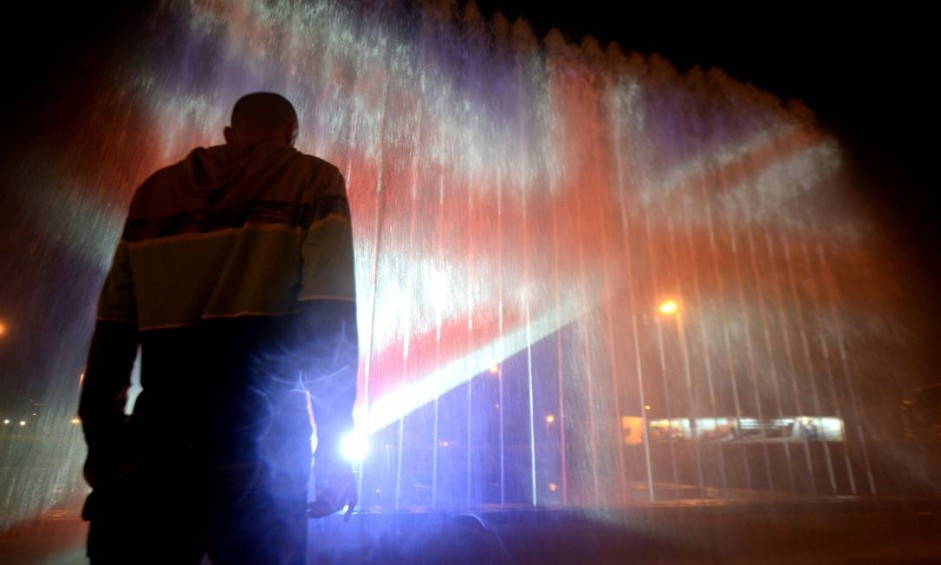Uma fonte é iluminada com as cores da bandeira do Reino Unido, em Zagreb, para homenagear vítimas do ataque terrorista em Manchester Foto: STRINGER / AFP