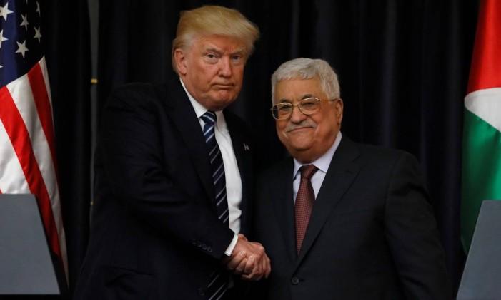 Trump e Abbas se cumprimentam em Belém Foto: JONATHAN ERNST / REUTERS