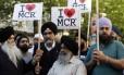 Membros da comunidade sikh de Manchester protestam contra atos de terrorismo durante vigília na cidade: grupo é erroneamente associado a muçulmanos e também vira alvo de preconceito Foto: Kirsty Wigglesworth/AP