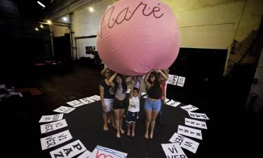 Resistência. Cartazes pedindo paz e um balão inflável gigante foram criados para a passeata de hoje à tarde Foto: Antônio Scorza / Agência O Globo