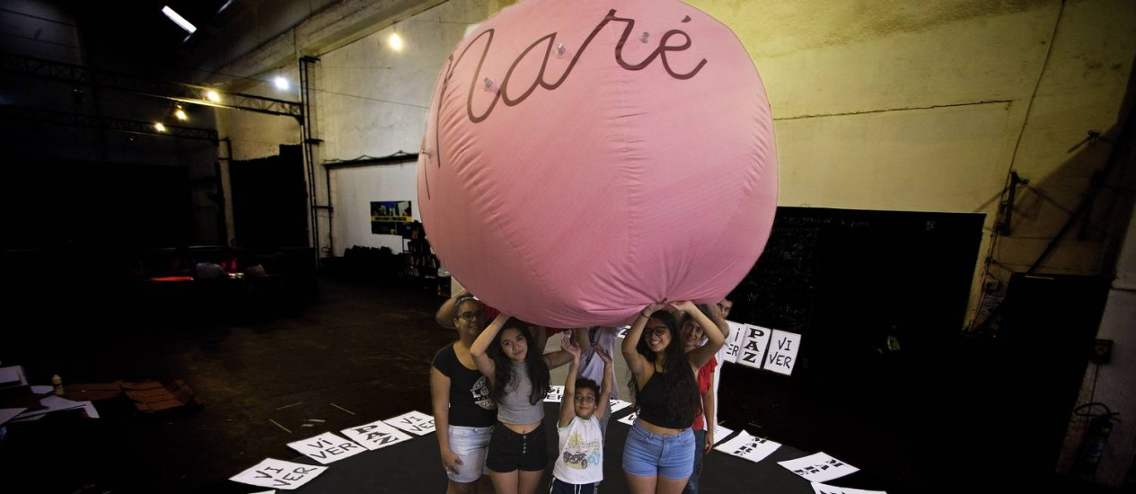 Resistência. Cartazes pedindo paz e um balão inflável gigante foram criados para a passeata na Maré Foto: Antônio Scorza / Agência O Globo