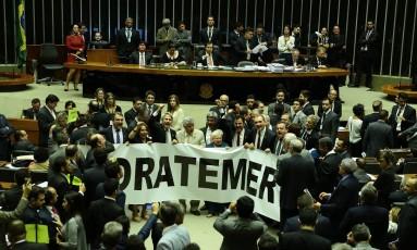 Deputados fazem protesto, no plenário da Câmara, contra o presidente Temer Foto: Jorge William / Agência O Globo
