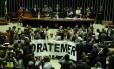 Deputados fazem protesto, no plenário da Câmara, contra o presidente Temer