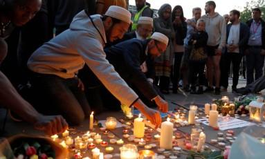 CIdadãos de Manchester prestam condolências às vítimas do atentado após o show de Ariana Grande Foto: PETER NICHOLLS / REUTERS