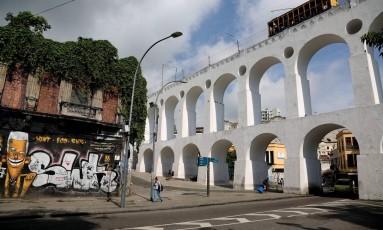 Vegetação cobre fachada do último andar de sobrado na Avenida Mem de Sá: prefeitura multou dono do imóvel Foto: Custódio Coimbra / Agência O Globo