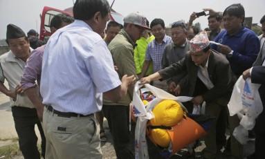 Família recebe o corpo de Min Bahadur Sherchan, 85 anos, morto no início do mês Foto: Niranjan Shrestha / AP