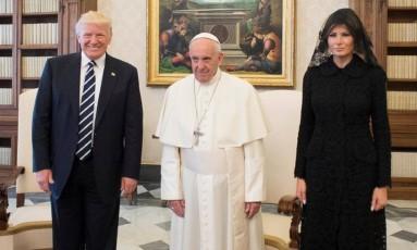 O lado fashionista da internet amanheceu nesta quarta-feira de olho em Melania Trump, que encontrou o Papa Francisco ao lado do marido, o presidente Donald Trump, e da enteada e o marido, Ivanka Trump e Jared Kushner Foto: AP