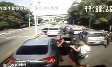 Segurança é levado como refém dos bandidos durante assalto Foto: Segurança é levado como refém dos bandidos Foto: Reprodução