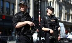 Policiais fazem patrulha nas ruas de Londres enquanto Reino Unido vive alerta severo de ameaça terrorista Foto: NEIL HALL / REUTERS
