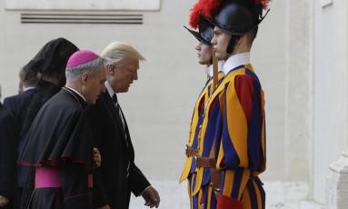 Presidente Donald Trump e sua mulher, Melania Trump, chegam para encontro a portas fechadas com Papa Francisco no Vaticano Foto: Gregorio Borgia / AP