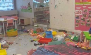 O cenário de destruição no Espaço de Desenvolvimento Infantil Maria Amélia Castro e Silva Belfort, na Maré, que foi invadido e depredado Foto: Reprodrução / Maré Vive
