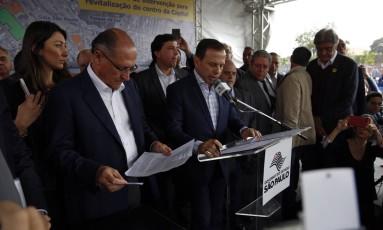 Governador Geraldo Alckmin e o prefeito João Doria foram vaiados por um grupo de manifestantes no anúncio de novos investimentos da Parceria Publico-Privada ( PPP) da habitação de revitalização da Luz , região da Cracolândia Foto: Edilson Dantas / O Globo