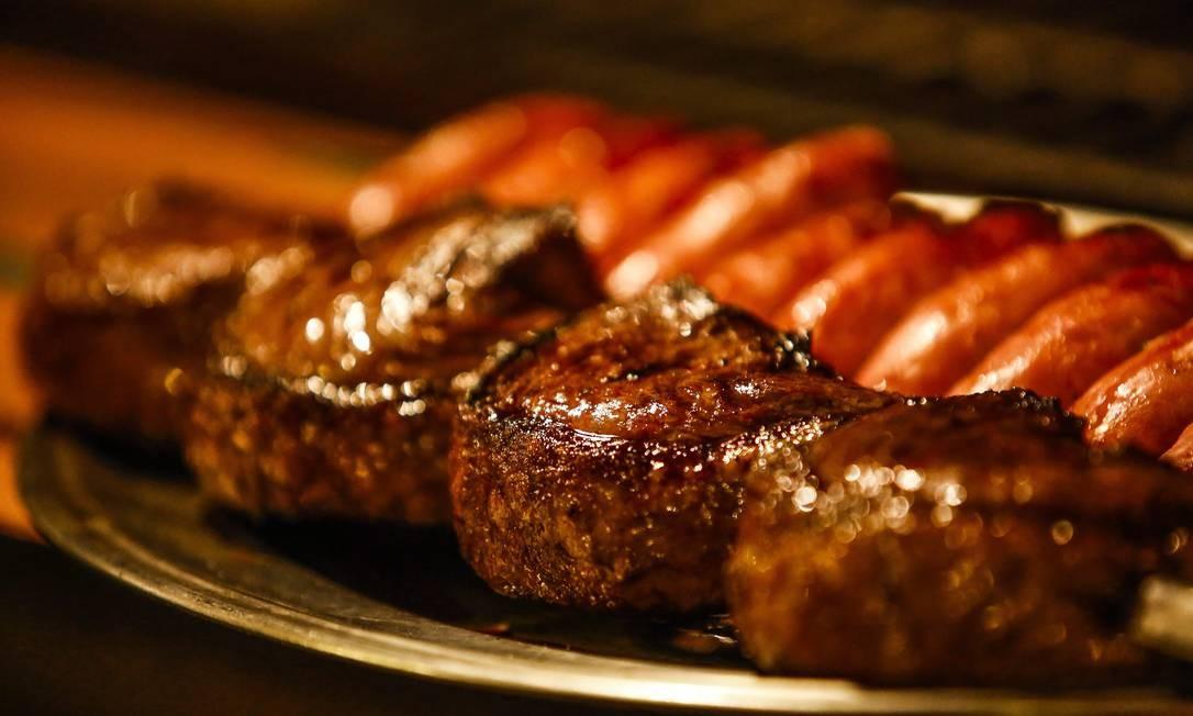 Carnes são preparadas no meio do salão, ao alcance dos olhos dos clientes da Majórica Foto: Guilherme Leporace / Agência O Globo