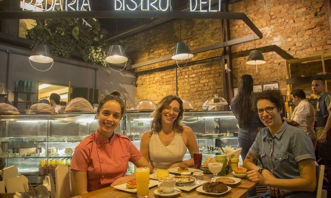 Paula Prandini (à esquerda), Branca Lee e Iona Rothstein são sócias do Empório Jardim, aberto em 2014 Foto: Analice Paron / Agência O Globo