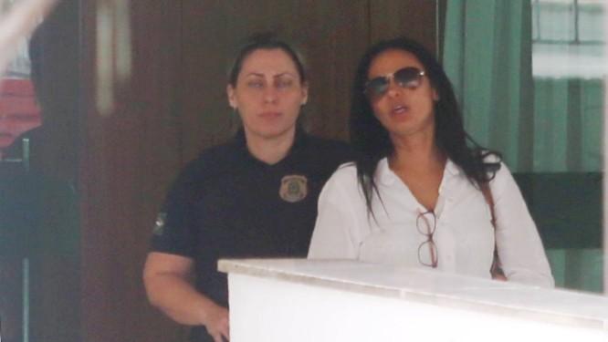 Alessandra Costa é presa em sua casa em um condomínio de Caxias Foto: Fabiano Rocha / Agência O Globo