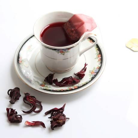 Chá de hibisco: protege a pele contra a ação dos radicais livres Foto: Marcelo Theobald / Agência O Globo