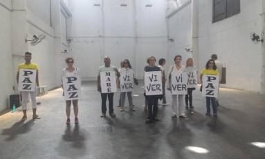 Coreografia apresentada durante a marcha pela paz na Maré Foto: Simone Candida / O Globo