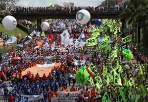 Manifestação contra as reformas e o governo de Michel Temer tomam as vias da Esplanada dos ministérios em Brasilia Foto: Michel Filho / O Globo