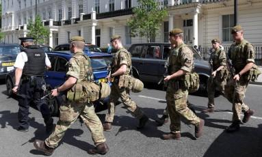 Soldados atravessam a rua no centro de Londres: segurança foi reforçada Foto: NEIL HALL / REUTERS