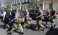 Soldados atravessam a rua no centro de Londres: segurança foi reforçada