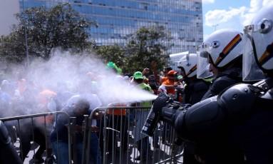 Protesto acabou em confronto entre manifestantes e policias, na Esplanada dos Ministérios em Brasília Foto: Jorge William / O Globo