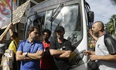 Manifestantes bloqueiam passagem de ônibus no Centro do Rio Foto: Gabriel Paiva / Agência O Globo