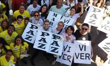 Atrizes participam da marcha pela Paz na Maré Foto: Custódio Coimbra / Agência O Globo