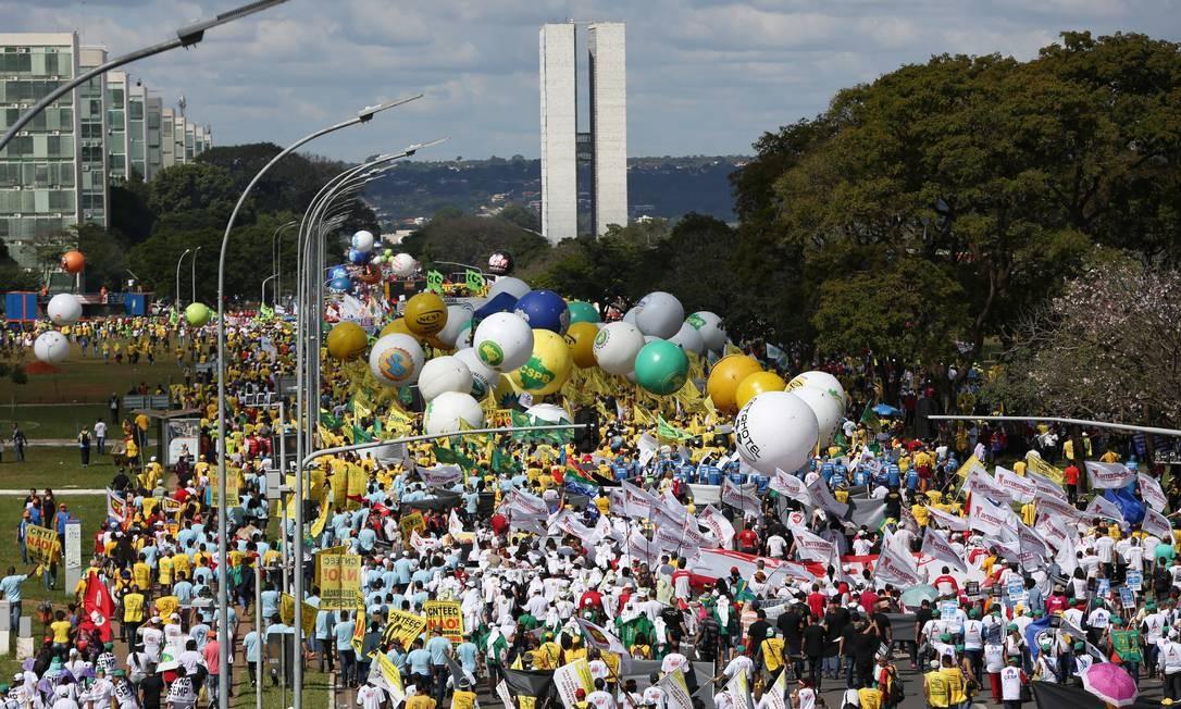 Manifestação contra as reformas e o governo de Michel Temer toma as vias da Esplanada dos Ministérios em Brasilia Foto: Michel Filho / O Globo