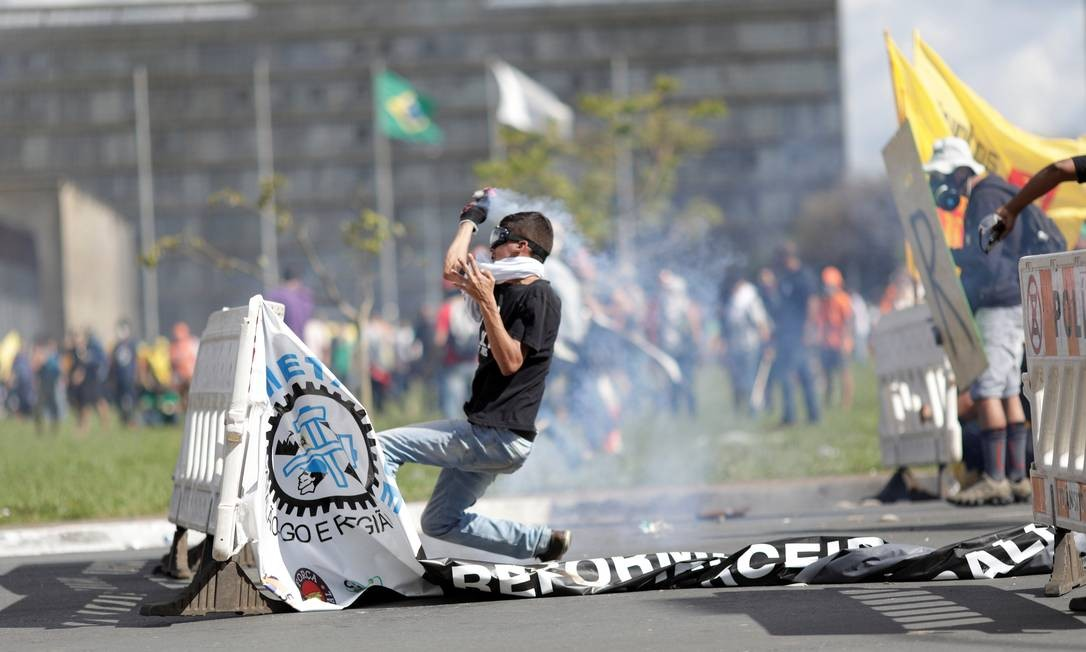 Além de pedir a saída de Michel Temer, os manifestantes também se posicionam contra as reformas trabalhista e da Previdência Foto: Ueslei Marcelino / Reuters