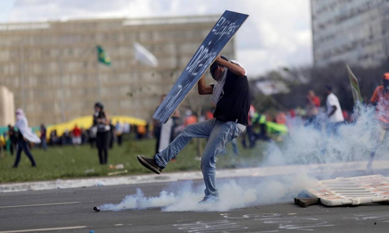 Manifestante segura cartaz pedindo eleições diretas durante o protesto em Brasília Foto: Ueslei Marcelino / Reuters