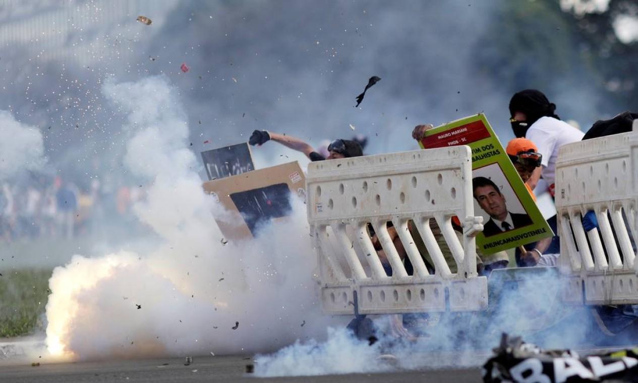 Manifestantes e policiais entram em conflito em Brasília no protesto contra as reformas da Previdência e Trabalhista, e também contra o governo do presidente Michel Temer Foto: Ueslei Marcelino / Reuters