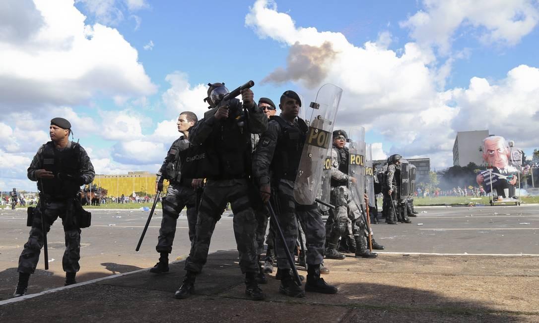 Policiais disparam bombas de efeito moral durante o protesto em Brasília Foto: Andre Coelho / O Globo