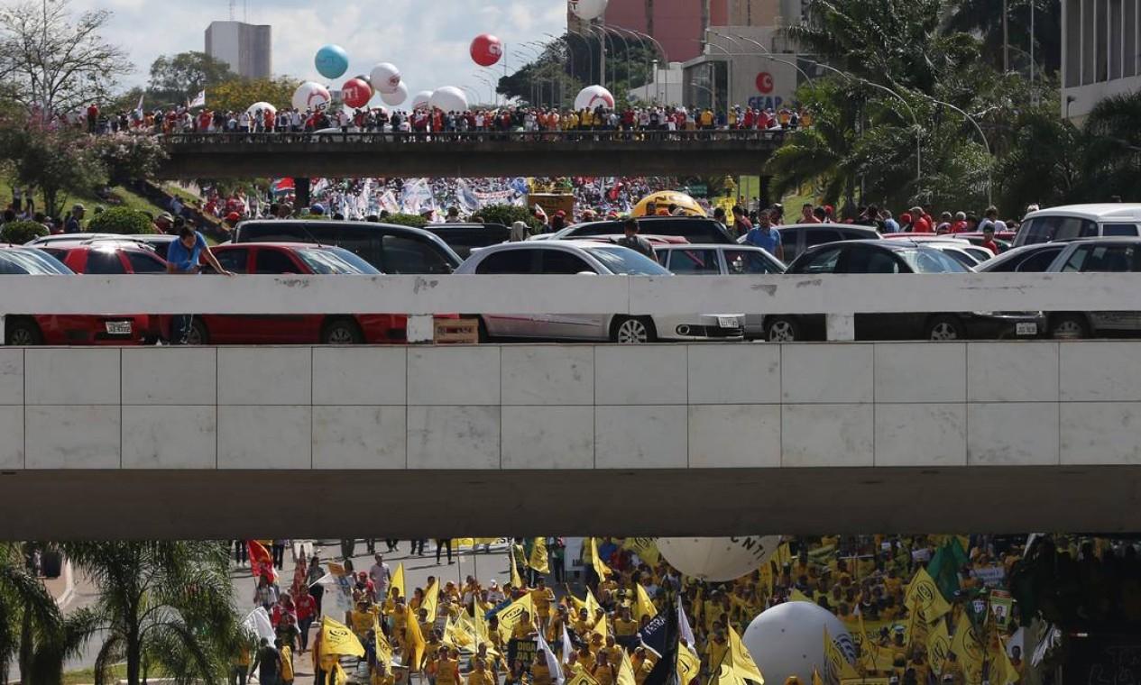 A manifestação toma as vias da Esplanada dos Ministérios Foto: Michel Filho / O Globo