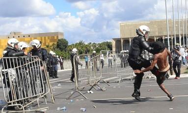 Polícia reprime manifestante em Brasília Foto: ADRIANO MACHADO / REUTERS