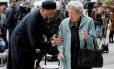 Um imã e uma senhora judiam uniram-se para prestar homenagem aos mortos no atentado de Manchester Foto: DARREN STAPLES / REUTERS