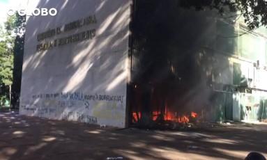 Manifestantes colocam fogo no prédio do Ministério da Agricultura Foto: Reprodução