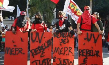 Manifestantes mascarados em frente ao prédio da Alerj Foto: Pablo Jacob / O Globo