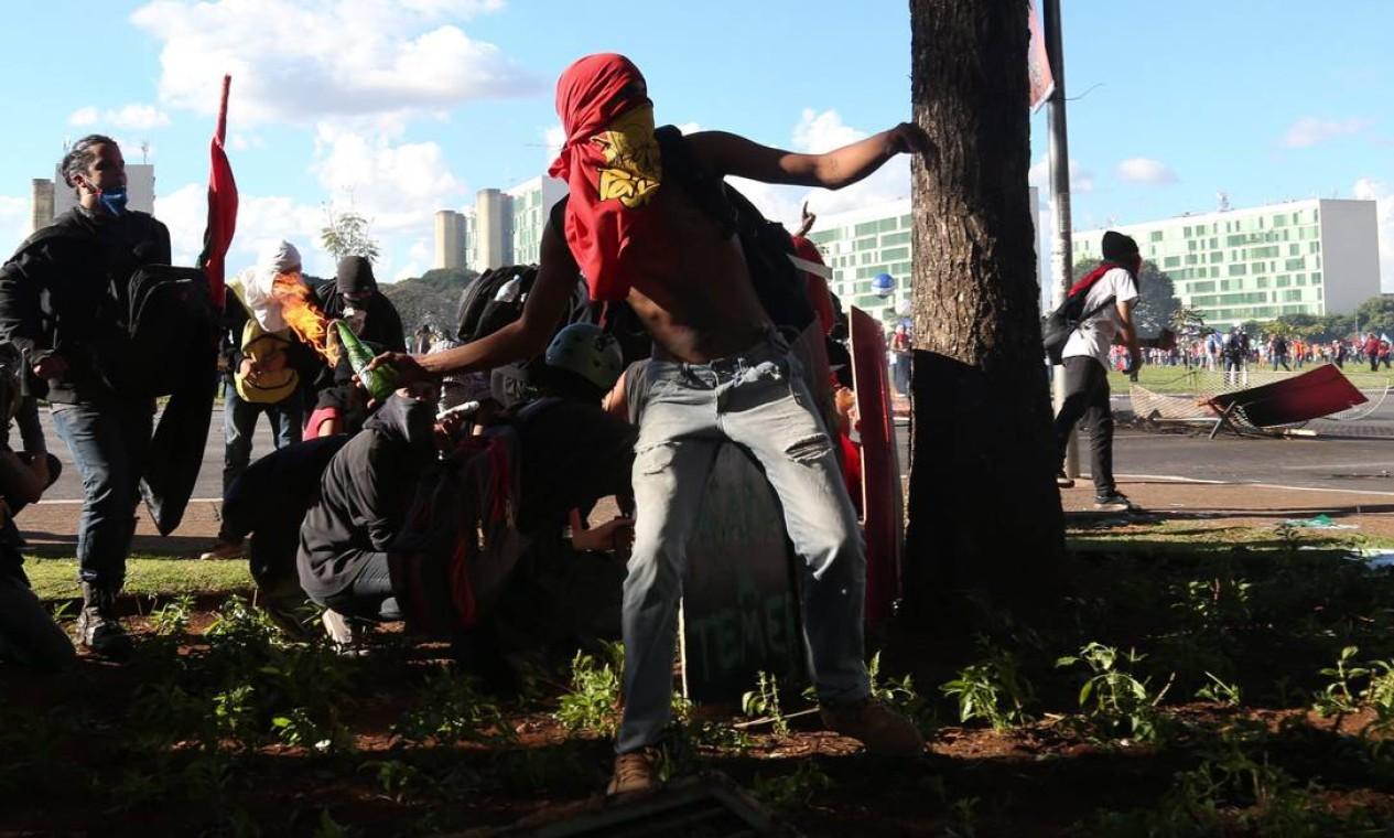 Manifestantes entraram em confronto com a polícia durante o protesto na Esplanada dos Ministérios Foto: Andre Coelho / O Globo
