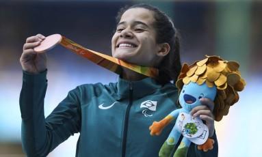 Verônica Hipólito exibe a medalha de bronze nos 400m T38 da Paralimpíada do Rio: medalha já chegou com lascas, segundo atleta Foto: Mônica Imbuzeiro / Agência O Globo